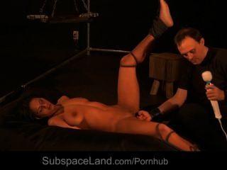 मास्टर छूत और दर्द देने से पहले हस्तमैथुन गुलाम