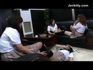 जापानी स्कूली छात्राओं के एक सींग का समूह