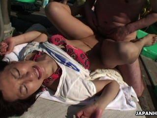 एशियाई लड़की पैर एक Wank से पहले दोस्त Fucks