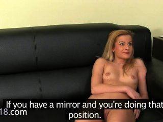 नकली एजेंट शर्मीली सुनहरे बालों वाली लड़की के साथ मैथुन