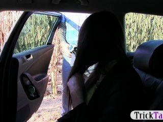 टैक्सी ड्राइवर एक Blowjob में एक खूबसूरत विदेशी किशोर घोटाले