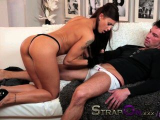 स्ट्रैपआन सेक्सी बिली प्रेमी से डबल प्रवेश लेता है