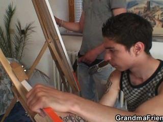 दो युवा चित्रकारों नग्न दादी पेंच