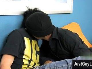 कट्टर समलैंगिक निकी छह मील के साथ अपने पहले ही समलैंगिक अभ्यास बंद Kicks
